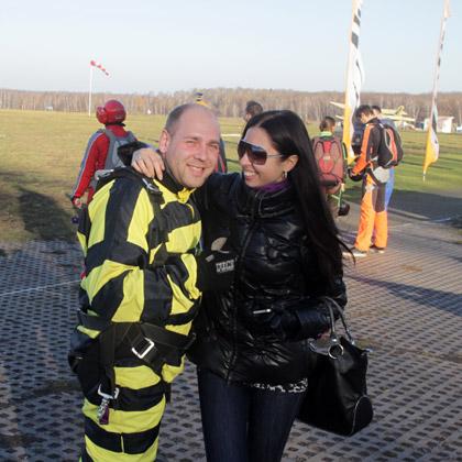 жена сделала мужу подарок: прыжок с парашютом