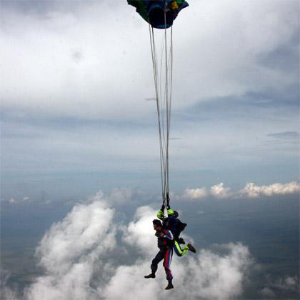 парашют мягко открывается